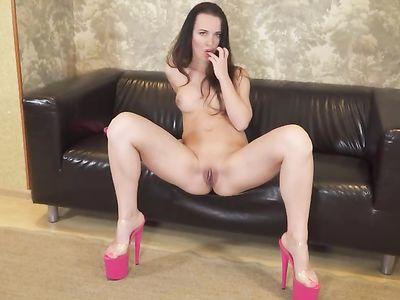 Мамаша брюнетка на каблуках зачетно мастурбирует киску на двиане