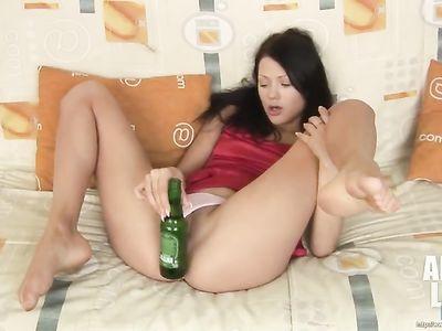 Бутылка из под пива заменяет распутной брюнетке настоящий член
