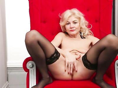 Шикарная женщина в чулочках мастурбирует на кресле бритую пизду
