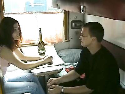 Незнакомец развел девушку на секс в миссионерской позе в поезде