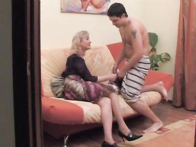 Мамаша в возрасте добилась от сына семейного секса после душа