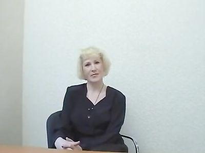 Приватный кастинг позволил зрелой блондинке потрясти большой задницей на столе