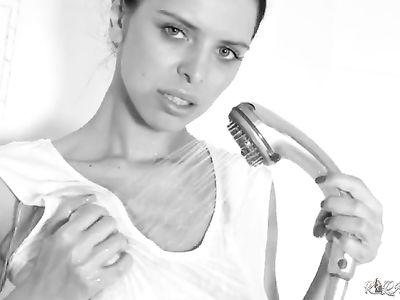 Привлекательная брюнетка в белоснежной маечке эротично принимает душ