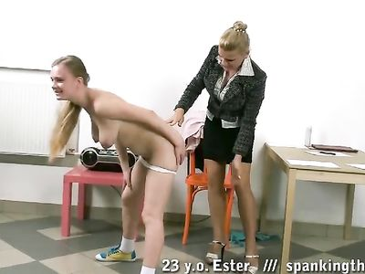 Злобная училка отшлёпала не послушную студентку у себя в кабинете