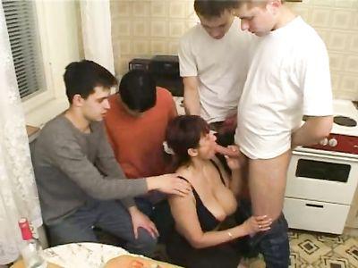 Ненасытная зрелая дама ебётся с пятью молодыми факерами у себя на кухне