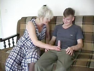 Зрелая дама в чулках ебётся с молодым парнем перед телевизором