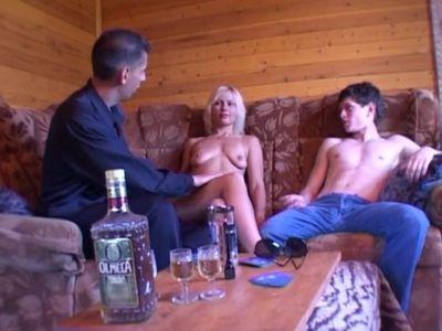 Русская проститутка готова отработать всю сумму долга еблей раком
