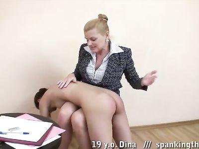 Зрелая блондинка директриса готова наказать непослушную молодую милфу