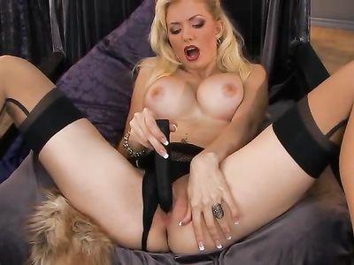 Блондинка с большими сиськами мастурбирует идеальную пизденку
