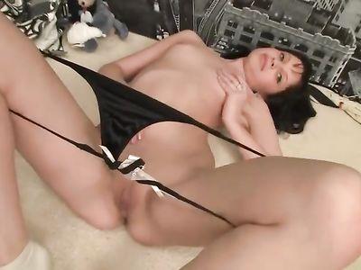 Молодая брюнетка всегда найдет время для вагинальной мастурбации